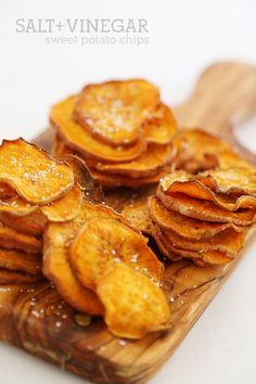 Baked Salt + Vinegar Sweet Potato Chips – Extra crispy, tangy sweet potato chips… Baked Salt + Vinegar Sweet Potato Chips – Extra crispy, tangy sweet potato chips with just 3 ingredients! Curry Recipes, Snack Recipes, Cooking Recipes, Potato Recipes, Drink Recipes, Banana Nut Bread, Yummy Treats, Healthy Snacks, Vinegar