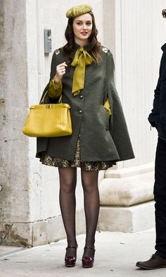 Leighton Meester Dresses Blair Waldorf's Baby Bump In A Chic Green Cape Coat On The Gossip Girl Set, 2011 Gossip Girl Blair, Moda Gossip Girl, Estilo Gossip Girl, Blair Waldorf Gossip Girl, Gossip Girls, Estilo Blair Waldorf, Blair Waldorf Outfits, Blair Waldorf Style, Blair Waldorf Fashion