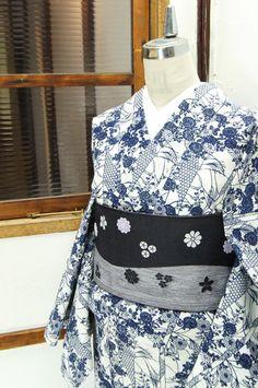わずかに生成り色をおびた白地に藍一色で染め出された、群れ咲く菊花と青海波や籠目文様で雅やかに飾られた竹が形作る縞文様が美しい注染綿絽の浴衣です。 #kimono