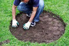3. Den Rasen in Form bringen. Kreisrund, damit das Hochbeet nicht aneckt