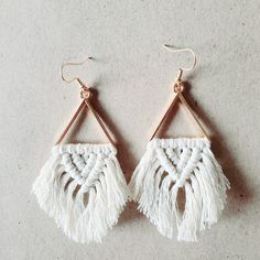Super cute handcrafted macramé earrings made with cotton cord in its natural color, on a metal triangle with hypoallergenic earring hooks. Very lightweight, perfect for everyday wear 🖤 Diy Macrame Earrings, Macrame Jewelry Tutorial, Macrame Art, Macrame Design, Macrame Projects, Diy Earrings, Earrings Handmade, Crochet Earrings, Macrame Knots