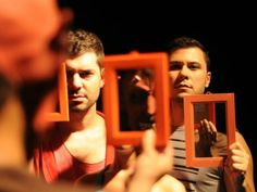Espetáculo de dança reflete sobre a própria experiência e reúne humor, performance e artes plásticas.