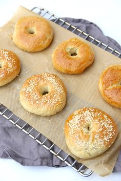 Zelfgemaakte bagels A Food, Good Food, Food And Drink, How To Make Bread, Food To Make, Thermomix Bread, Savoury Baking, Vegan Bread, Piece Of Bread