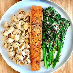 Definitely a's and kind of din: crispy seared salmon, grilled broccolini, and creamy cauliflower sauce shells . I'm not usuallya leftovers person, but I would totally take a second date with this. Healthy Meal Prep, Healthy Snacks, Healthy Eating, Healthy Recipes, Healthy Drinks, Detox Recipes, Food Goals, Aesthetic Food, Cooking Tips