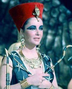 A glamorosa Liz Taylor exibe a joalheria egípcia no filme Cleópatra, de 1963.