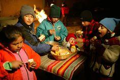 Tijdens het Sint-Jansfeest vieren de Bolivianen dat de zon dichter bij de aarde komt en haar vruchtbaar maakt. Iedereen is blij dat de nachten korter worden en de dagen warmer en langer.