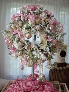 New Shabby Chic Christmas Decorations Pink Wreath 16 Ideas Shabby Chic Christmas, Victorian Christmas, Rustic Christmas, Noel Christmas, Christmas Projects, Christmas Tunes, Christmas Ideas, Christmas Ornaments, Holiday Wreaths