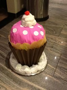Een hele grote cupcake Surprised Patrick, Homemade Christmas Crafts, Newspaper Basket, Cardboard Art, Office Christmas, Santa Gifts, Candyland, 21st Birthday, Toddler Crafts
