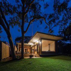 Localizado em Blueys Beach, Austrália, esta casa de férias projetada por Bourne Blue Architecture se combina super bem às estruturas simples existente nesta vila costeira.