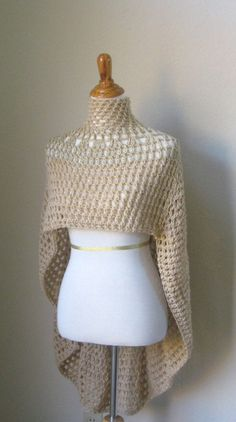 Good alternative for spring jacket or summer sweater for those fresh mornings and nights; just throw a capelet poncho on! This poncho is different, Poncho Au Crochet, Pull Crochet, Mode Crochet, Crochet Cape, Crochet Scarves, Crochet Clothes, Knit Crochet, Crochet Vests, Poncho Shawl