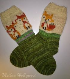 Halusin kaverin lapselle neuloa vähän erikoisemmat sukat. Malliksi valitsin ketut, koska minulla oli noita värejä langoissa. Voihan villasuk...