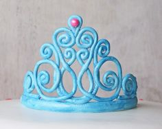 How to Make a Gum Paste Tiara (Step-by-Step Picture Tutorial).would be cute large and inside resin cuff Fondant Figures, Fondant Cakes, Cupcake Cakes, Car Cakes, Fondant Baby, Shoe Cakes, Cake Decorating Techniques, Cake Decorating Tutorials, Fondant Flowers