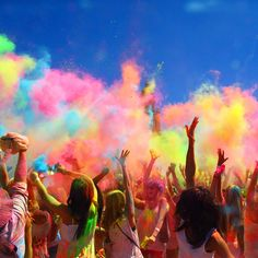 March People celebrate the Hindu festival of Holi in Cape Town, South A… März Menschen feiern