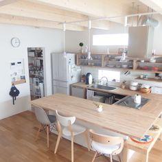 Simple kitchen layout for an open floor plan Cozy Kitchen, Home Decor Kitchen, Kitchen Interior, Home Kitchens, Kitchen Dining, Muji Home, Living Room Arrangements, Kitchen Layout, Kitchen Styling