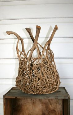 On the very first day I ever made a basket, I saw an image of a pear-shaped basket made from palm inflorescence which I loved so much. I later found out it was made by a QLD fibre artist called Jil… Willow Weaving, Basket Weaving, Wire Basket, Paper Basket, Diy And Crafts, Arts And Crafts, Deco Nature, Weaving Art, Arte Floral