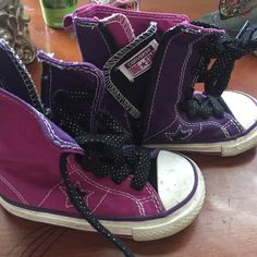 Size 6 converse kids Can be wiped down. Only worn twice. Shoes