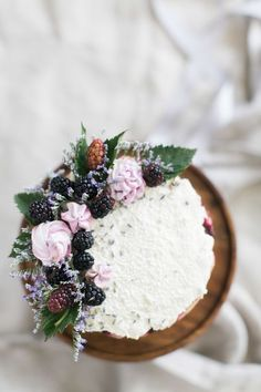 This Berry & Lavender Cake is a Work of Art! Pretty Cakes, Beautiful Cakes, Amazing Cakes, Slow Cooker Desserts, Blackberry Cake, Lavender Cake, Fashion Cakes, Macaron, Love Cake