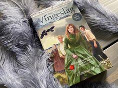 Liker du, som jeg masse innhold og lite dødtid i serieromaner? Da bør du ikke gå glipp av den nye serien til Jane Mysen. Les anmeldelsen min (link) på bloggen 📖 #bøker #bookblog #books Cover, Blanket