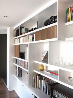 Bibliothèque sur-mesure avec mix d'étagères ouvertes pour les livres et d'étagères fermées pour le bazar