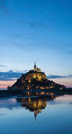 A partir du 20 jusqu'au 23 mars 2015, le Mont-Saint-Michel redevient une île pendant les grandes marées ! Un spectacle époustouflant à découvrir en famille. Mont Saint Michel France, Beautiful Castles, Beautiful World, Places To Travel, Places To See, Wonderful Places, Beautiful Places, Roadtrip, Imagines
