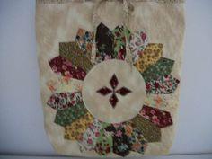 Bolsa em patchwork, pode ser usada como eco bag ou bolsa convencional. Feita em tecido 100% algodão, forro e manta. Pode ser lavável. Toda quiltada com linha especial de seda.