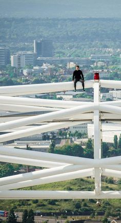 A daredevil just became the first person to scale the massive arch above  Wembley Stadium 55d89e51bd4f2