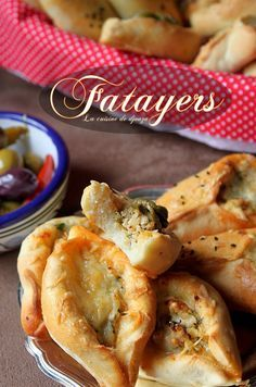 Fatayers chaussons farcis au poulet Oriental Food, Beignets, Middle Eastern Recipes, Cheesesteak, Hot Dog Buns, Entrees, Good Food, Brunch, Food And Drink