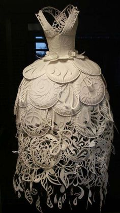 Ali Ciatti - paper plate dress I like the idea of using an everyday item and transforming it into some something beautiful. Paper Fashion, Fashion Art, Fashion Show, Fashion Design, Paper Clothes, Paper Dresses, Barbie Clothes, Recycled Dress, Recycled Costumes