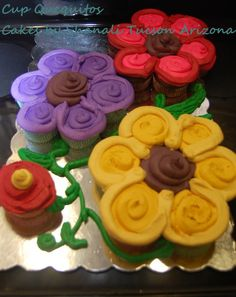 Flower Cupcake Cake — Made out if cupcakes and lots of frosting. No need to cut the cake. Flower Cupcake Cake, Pull Apart Cupcake Cake, Pull Apart Cake, Cupcake Cookies, Cake Flowers, Cupcake Bouquets, Cupcakes Design, Cake Designs, Cake Pops