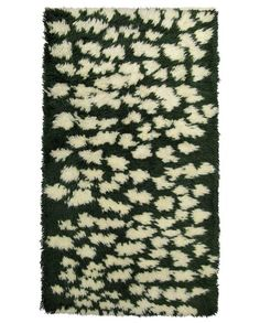 Finarte Hilla wool rug in green is designed by Studio Smoo. White pattern on a dark green base reflect the nature of northern Lapland. Jute, Textiles, Green Pattern, White Patterns, Wool Rug, Sweet Home, Blog, Weaving, Villa