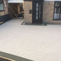 This excellent photo is a really inspiring and high-quality idea Resin Driveway, Resin Patio, Resin Bound Driveways, Pathways, Home Projects, Exterior, Outdoor Decor, House, Istanbul