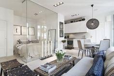 Прозрачная перегородка отделяет спальное место от зала с кухней