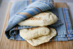 A simple recipe to prepare delicious homemade pita whenever you want. You can also freeze it once co Chilean Recipes, Chilean Food, Homemade Pita Bread, Homemade Ice, Cooking Bread, Pan Bread, Bread Pizza, Pan Dulce, Smitten Kitchen