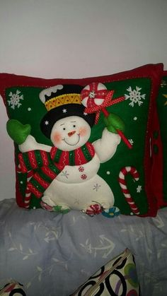 Nancy Esther Lazarte's media content and analytics Christmas Cushions, Christmas Pillow, Felt Christmas, Christmas Projects, Handmade Christmas, Christmas Time, Christmas Ornaments, Greeting Card Holder, Snowman Quilt
