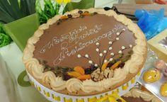 mazurek migdałowy z dekoracją z ciasta herbatnikowego i masą z krówek