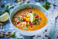 Vegane 15-Minuten Süßkartoffel-Kokos-Suppe mit Erdnuss und Paprika. Ein köstliches und gesundes Soulfood.