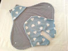Süße und absolut kuschelige Einschlagdecke / Puckdecke für die Kleinsten. Kuscheliger Fleece Herzen hellblau-weiß außen und innen geringelter dunkelblau-weißer Baumwolljersey. Mit süßen...