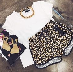 gold chain white t-shirt leopard print outfit dope black sandals printed shorts cat eye outfit idea pool party gold choker gold necklace shorts Nike Outfits, Summer Outfits, Casual Outfits, Summer Shorts, Casual Shorts, Moda Fashion, Teen Fashion, Nike Fashion, Fast Fashion