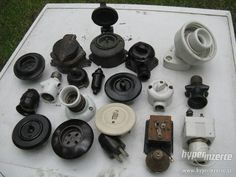 Staré vypínače , zásuvky , objímky - bakelit ,porcelán - fotografie č. 1