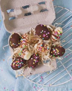 Chocolate Covered Coconut Ice Eggs Do you remember eating coconut ice as a kid? Then you're going to love them in this Easter egg form! Easter Candy, Easter Treats, Easter Eggs, Cute Desserts, Delicious Desserts, Dessert Recipes, Brunch, Sweet Recipes, Easy Indian Recipes