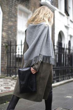 露西·威廉姆斯是穿着痤疮工作室灰色围巾超大