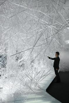 """吉岡徳仁がカルテルのためにデザインしたのインスタレーション""""Snowflake""""と透明な家具シリーズ""""The Invisibles""""の写真と、吉岡へのO&Aです。                                    以下、吉岡へのQ&Aです。 ********** 今回プロダクトとインスタレーションの発表ということですが、そのプロジェクトについて教えてください。 今回は、Claudio LutiとTokujin Yoshiokaのスペシャルコラボレーションとして、透明な「The Invisible」シリーズのコレクションとショップのインスタレーション「Snowflake」を発表します。 近年、私はものの形を整えるということよりも、現象そのものや、目に見えない感覚や要素を多く取り入れたデザインを提案しています。そのような中で今回の """"The Invisibles"""" は、数年前にLuti社長と、オプティカルガラスのベンチ「Water Block」のような作品をアクリルで表現できないか、という..."""