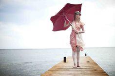"""Frühjahrskollektion 2014 - Minimuster auf Öko-Baumwolle. Im Hintergrund die Austern- und Miesmuschelzucht. Amelia trägt hier ein Kleid """"Primula veris"""" und Leggings """"Digitalis"""" und genießt die Meeresbrise."""