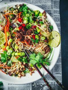 food_drink - Vietnamlainen karamellisoitu nyhtökauranuudelisalaatti (V) Raw Food Recipes, Asian Recipes, Vegetarian Recipes, Cooking Recipes, Healthy Recipes, Vegan Meals, Healthy Dishes, Healthy Eating, Steak And Chips