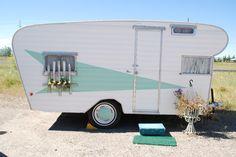 Vintage camper trailer with aqua Atomic arrow & matching hubcaps Vintage Campers Trailers, Retro Campers, Vintage Caravans, Camper Trailers, Classic Campers, Airstream Campers, Rv Trailer, Trailer Remodel, Retro Caravan