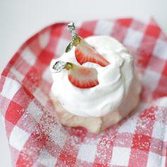 Bezy z truskawkami Apple Pie, Panna Cotta, Cook, Ethnic Recipes, Dulce De Leche, Apple Pie Cake, Apple Pies