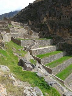 Ollantaytambo The Incas built it as a fort that included a temple, agricultural terraces, and an urban area. Machu Picchu, Great Places, Places To See, Beautiful Places, Ancient Mysteries, Ancient Ruins, Inca Empire, Equador, Belle Villa