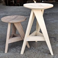 This is a very intricate piece of stool. It is weird but also very minimalistic at the same time Diy Furniture Projects, Deco Furniture, Woodworking Furniture, Handmade Furniture, Home Decor Furniture, Pallet Furniture, Wood Projects, Furniture Design, Stool Chair