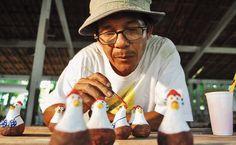 Porto de Galinhas - PE O artista plástico Carcará em seu ateliê. Símbolos do lugar, galinhas de todos os tipos enchem as vitrines do povoado