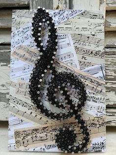 This wooden decoration of the Sol Key on a Music score backround - Mach Es. This wooden decoration of the Sol Key on a Music score backround - Mach Es Selbst DIY, String Art Diy, String Crafts, Hilograma Ideas, Wall Ideas, Wood Crafts, Diy And Crafts, Music Symbols, String Art Patterns, String Art Tutorials